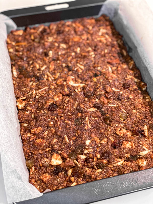 The mixture is now pressed into a slice tin that is lined with baking paper.